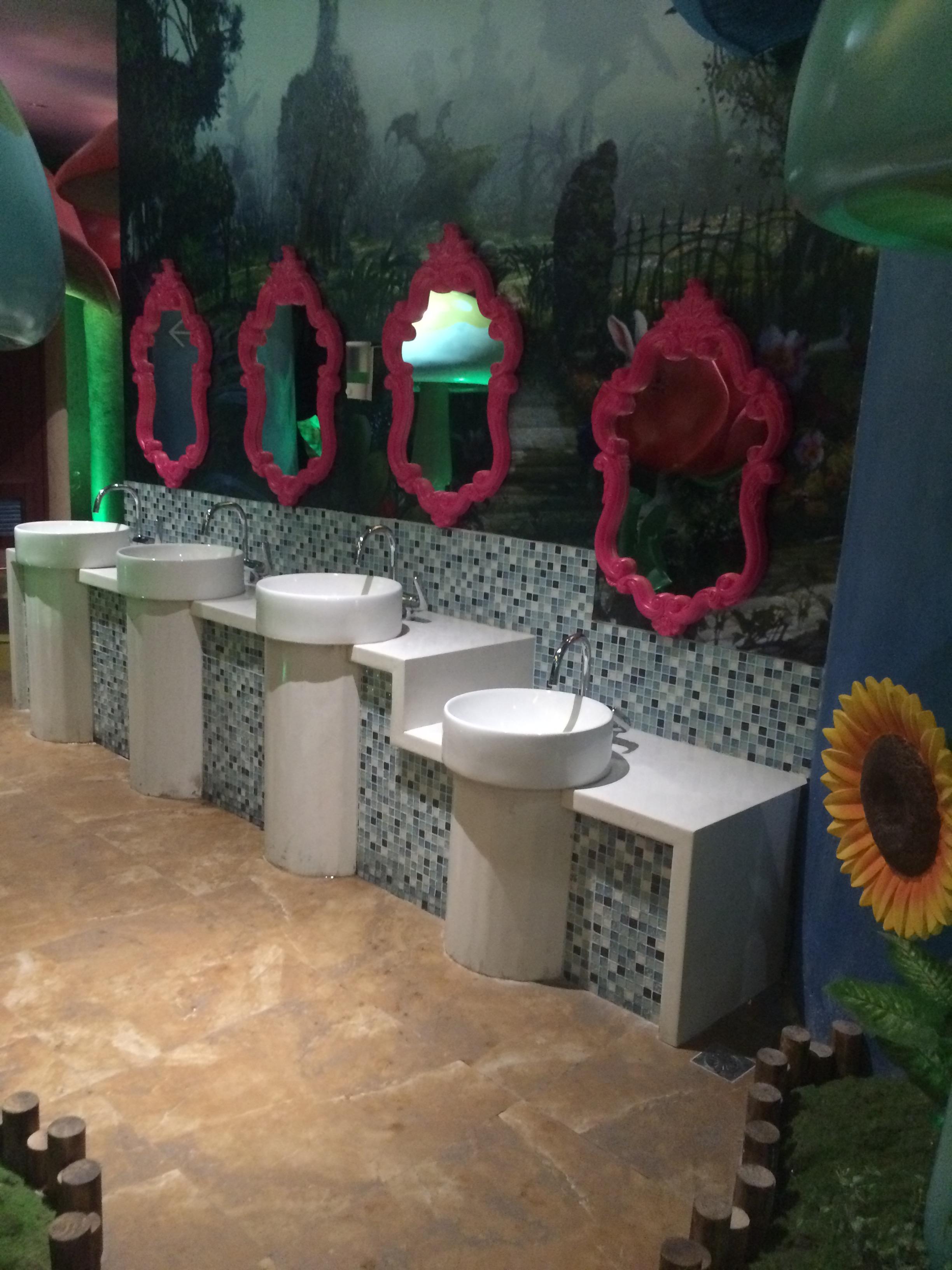 卫生间魔镜雕塑