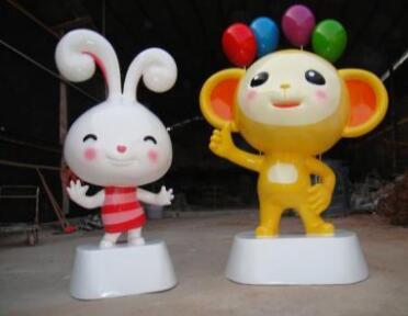 小兔子小猴子雕塑