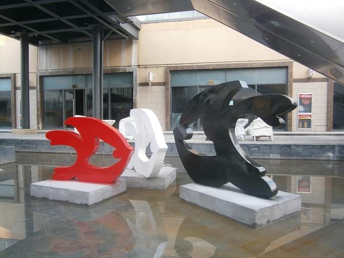 玻璃钢雕塑放到户外能用多久?