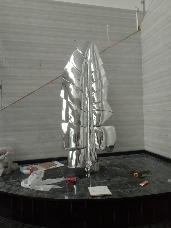 不锈钢雕塑容易生锈吗?