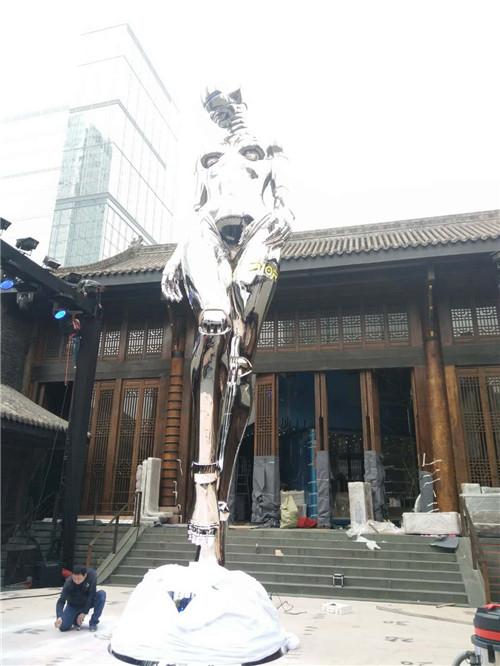人物雕塑用玻璃钢还是不锈钢?